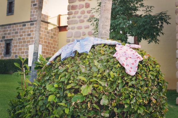 Ühel hommikul märkasime tänaval, põõsas kahte riideeset. Üks neist kuuluski meie varamusse. Ja miks keegi ujukad kaotas, seal samas, kus meie kapsuni?